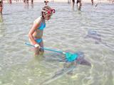 Mädchen fängt Haie