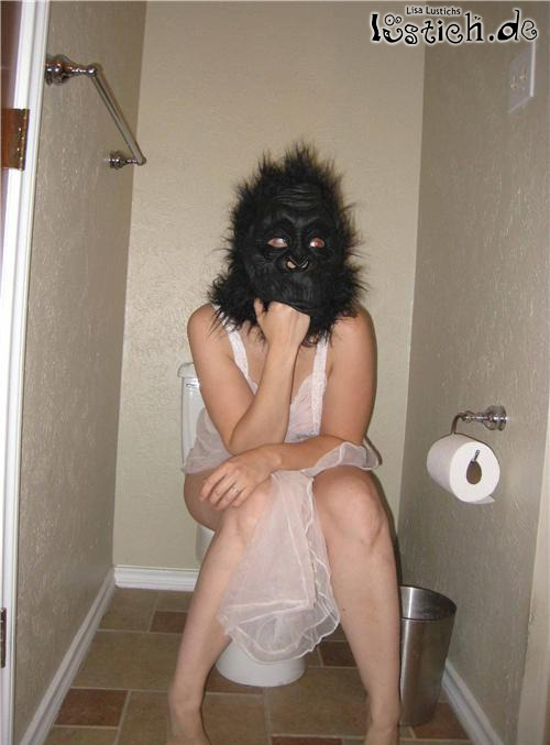Frau Gorilla auf dem Klo