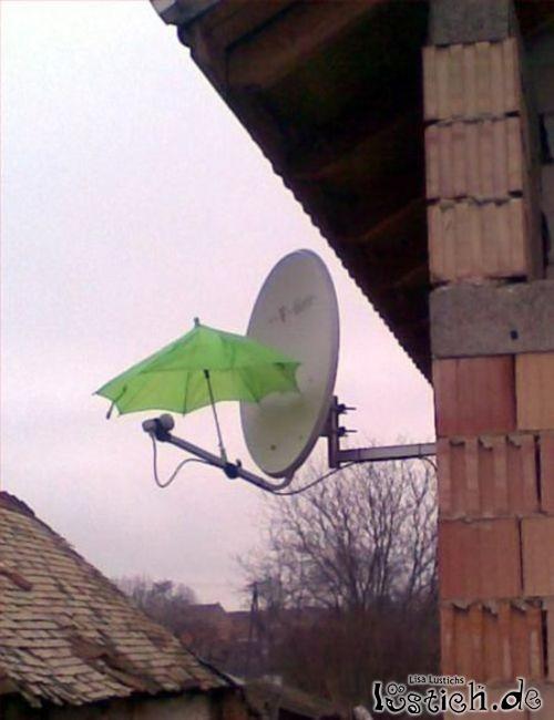 Satellitenschüssel mit Regenschutz