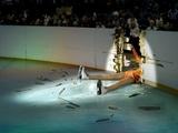 Eiskünstläuferin am Boden
